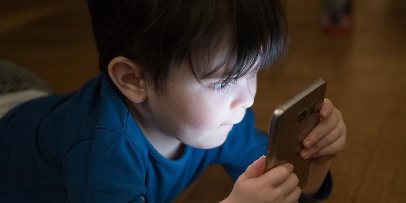 La Organización Mundial de la Salud recomienda limitar severamente el tiempo de pantalla de los niños pequeños
