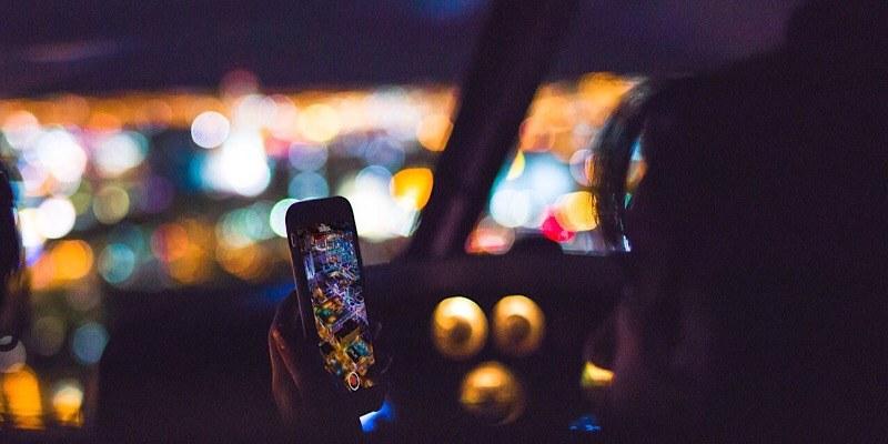 ¿Cree que está siendo disimulado al usar su teléfono mientras conduce? Esa señal de tráfico le delatará