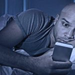 5 aplicaciones de modo nocturno para Android para ayudarlo a leer mejor por la noche